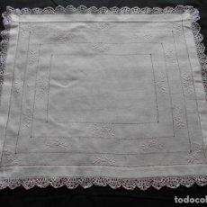 Antigüedades: BONITO MANTELITO EN ALGODON BORDADO CON ENCAJE EN EL FILO, MIDE 52 X 45 CMS.. Lote 236618650