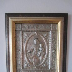 Oggetti Antichi: RELIEVE EN COBRE PLATEADO VIRGEN DEL CARMEN - ENMARCADO -+ INFO. Lote 236632170