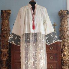 Antigüedades: BONITA ALBA CONFECCIONADA EN ALGODÓN ORNAMENTADO CON ENCAJES FLORALES Y RELIGIOSOS. HACIA 1900.. Lote 236652590