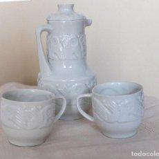 Antigüedades: JARRA DE CAFÉ Y 2 POCILLOS PORCELANA O CASTRO, SELLO DOLMEN, SERIE PECES - SARGADELOS -GALICIA. Lote 236751435