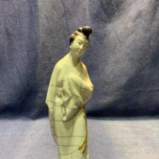 Antigüedades: CERAMINA GRES CHINA FIGURA PORCELANA MUJER TUNICA MOÑO CRAQUELADO 2ª MITAD S XX 23X6CMS. Lote 236763655