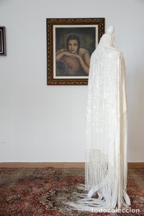 Antigüedades: Bello mantón de seda blanco, bordado a mano con decoración floral. 130 x 130 cm. - Foto 2 - 236779775