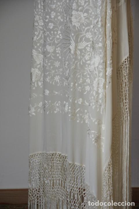 Antigüedades: Bello mantón de seda blanco, bordado a mano con decoración floral. 130 x 130 cm. - Foto 3 - 236779775