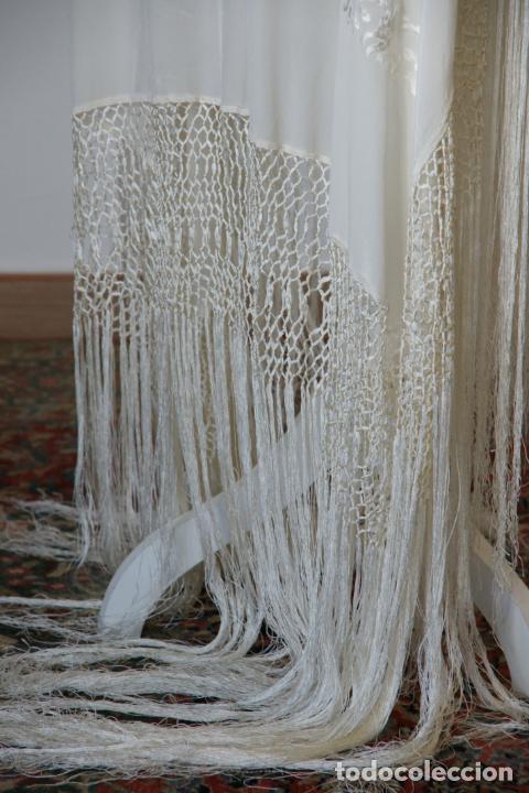 Antigüedades: Bello mantón de seda blanco, bordado a mano con decoración floral. 130 x 130 cm. - Foto 4 - 236779775