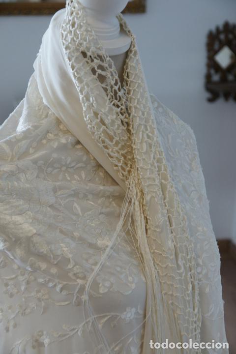 Antigüedades: Bello mantón de seda blanco, bordado a mano con decoración floral. 130 x 130 cm. - Foto 5 - 236779775