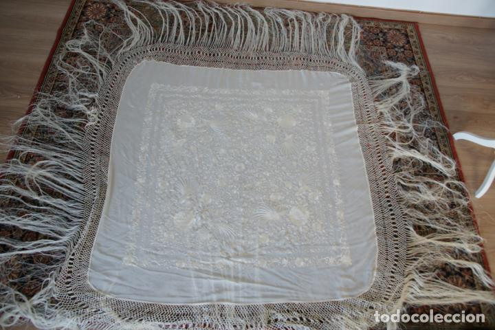 Antigüedades: Bello mantón de seda blanco, bordado a mano con decoración floral. 130 x 130 cm. - Foto 6 - 236779775