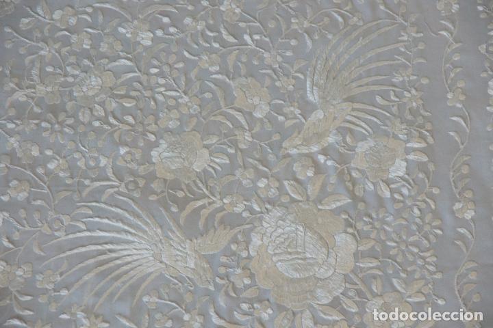 Antigüedades: Bello mantón de seda blanco, bordado a mano con decoración floral. 130 x 130 cm. - Foto 8 - 236779775