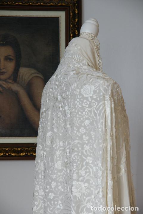 BELLO MANTÓN DE SEDA BLANCO, BORDADO A MANO CON DECORACIÓN FLORAL. 130 X 130 CM. (Antigüedades - Moda - Mantones Antiguos)