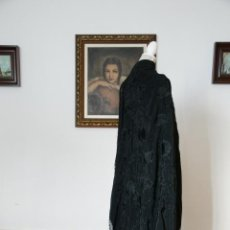 Antigüedades: BELLO MANTÓN DE SEDA NEGRO, BORDADO A MANO CON DECORACIÓN FLORAL. 120 X 120 CM.. Lote 236780460