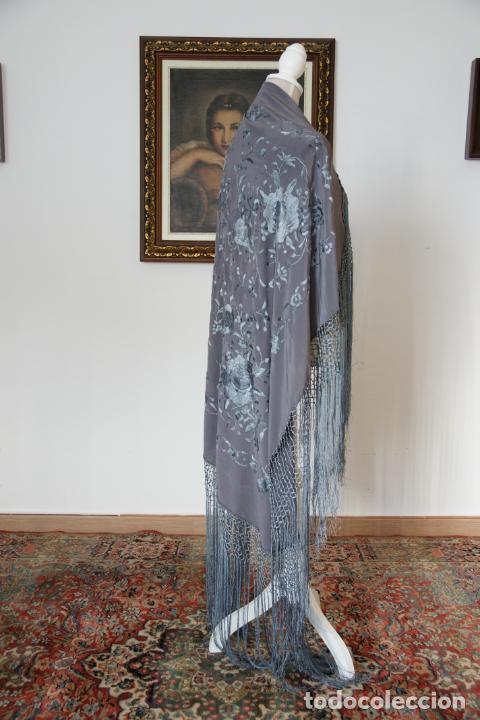 Antigüedades: Bello mantón de seda en tono gris, bordado a mano con decoración floral. 100 x 100 cm. - Foto 2 - 236781095