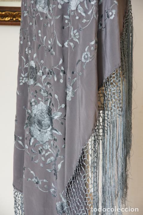 Antigüedades: Bello mantón de seda en tono gris, bordado a mano con decoración floral. 100 x 100 cm. - Foto 3 - 236781095