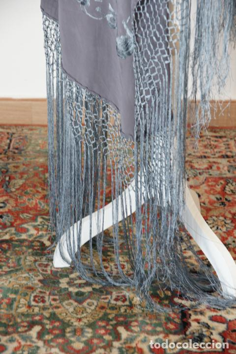 Antigüedades: Bello mantón de seda en tono gris, bordado a mano con decoración floral. 100 x 100 cm. - Foto 4 - 236781095