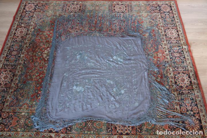 Antigüedades: Bello mantón de seda en tono gris, bordado a mano con decoración floral. 100 x 100 cm. - Foto 6 - 236781095