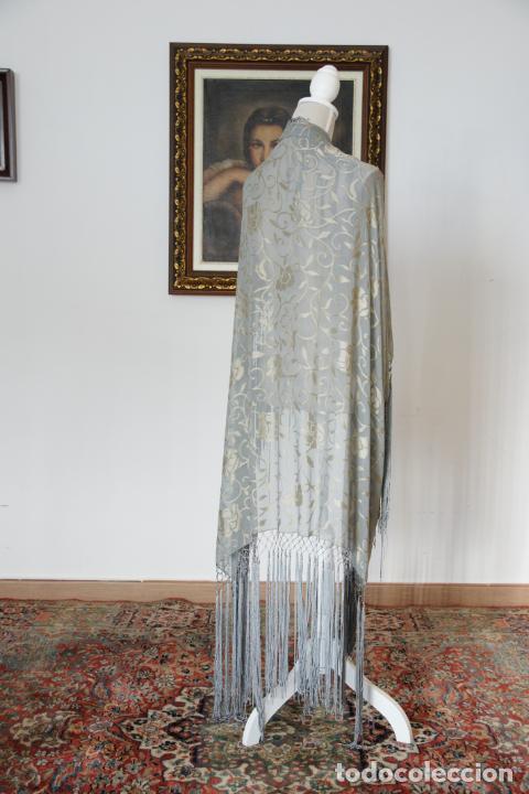 Antigüedades: Bello mantón de seda en tono azul y dorado, bordado a mano con decoración floral. 100 x 100 cm. - Foto 2 - 236781625