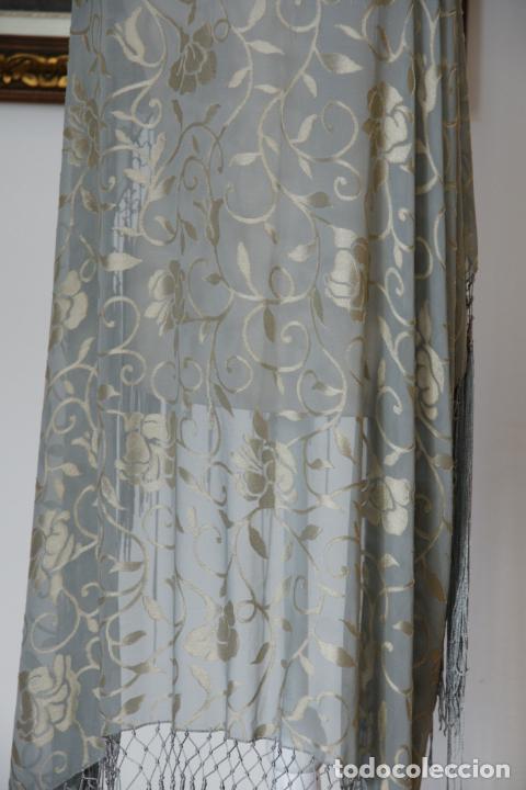 Antigüedades: Bello mantón de seda en tono azul y dorado, bordado a mano con decoración floral. 100 x 100 cm. - Foto 3 - 236781625
