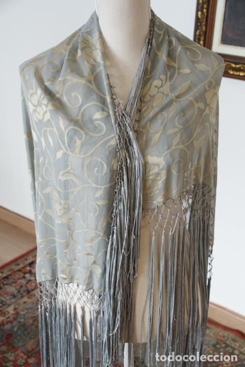 Antigüedades: Bello mantón de seda en tono azul y dorado, bordado a mano con decoración floral. 100 x 100 cm. - Foto 5 - 236781625
