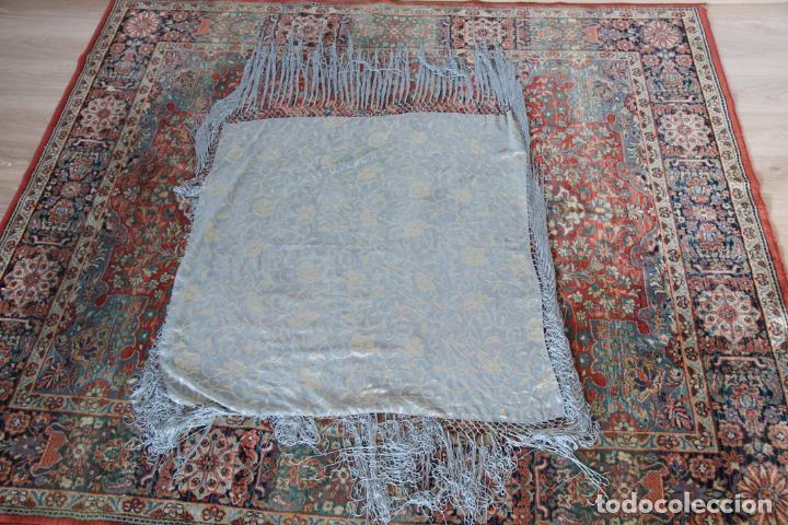 Antigüedades: Bello mantón de seda en tono azul y dorado, bordado a mano con decoración floral. 100 x 100 cm. - Foto 6 - 236781625