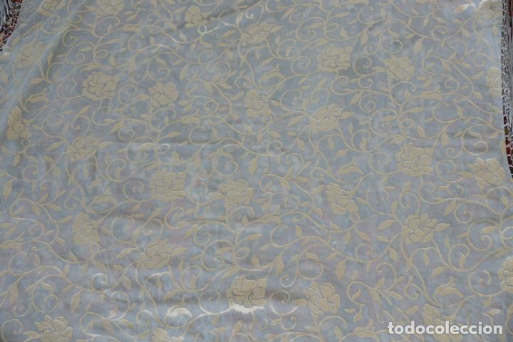 Antigüedades: Bello mantón de seda en tono azul y dorado, bordado a mano con decoración floral. 100 x 100 cm. - Foto 7 - 236781625