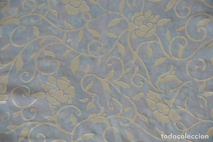 Antigüedades: Bello mantón de seda en tono azul y dorado, bordado a mano con decoración floral. 100 x 100 cm. - Foto 8 - 236781625