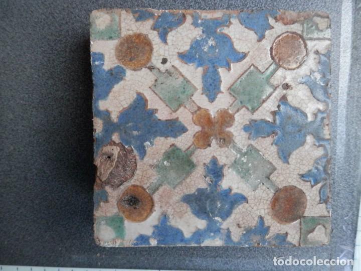 AZULEJO DE ARISTA PPIOS SIGLO XVI, ALFAR DE MUEL ZARAGOZA 13 X 13. RARO MOTIVO (Antigüedades - Porcelanas y Cerámicas - Azulejos)