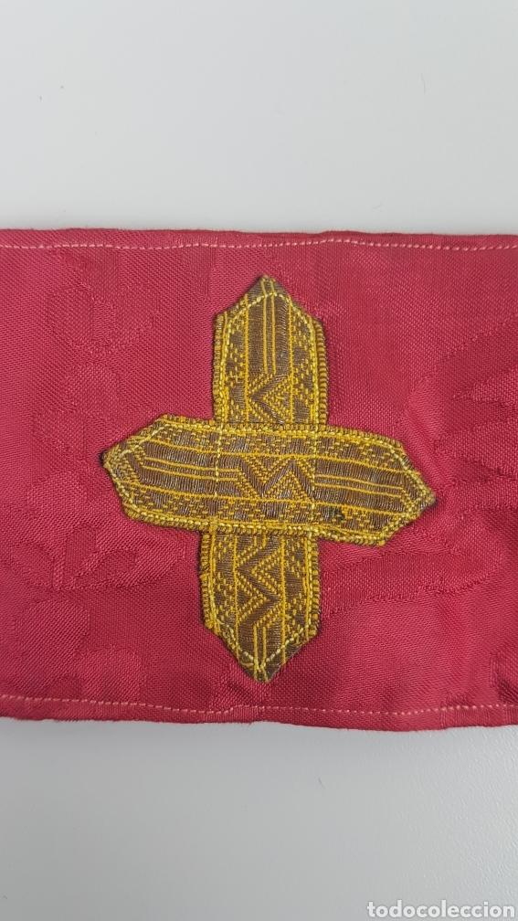 Antigüedades: Bonito manípulo confeccionado en seda de color rojo. Trabajo realizado hacia 1900. - Foto 2 - 236811975