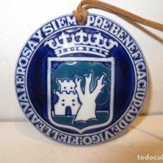 Antigüedades: MEDALLA SARGADELOS ESCUDO CIUDAD DE VIGO -REGALADA. Lote 236824345