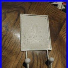 Antigüedades: PERCHA COLGADOR DE METAL MUY PRACTICA. Lote 236861890