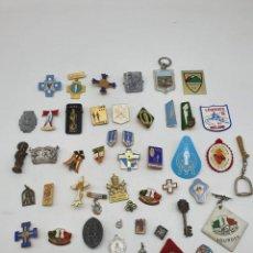 Antigüedades: LOTE INSIGNIAS Y MEDALLA SOLAPA PEREGRINOS Y RELIGIÓN ( VER FOTOS ). Lote 236926215