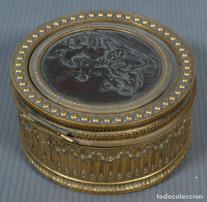 Antigüedades: Pequeña caja en bronce con escena mitológica en relieve siglo XIX - Foto 2 - 236964435