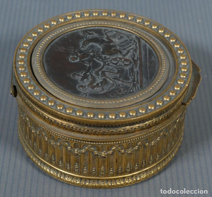 Antigüedades: Pequeña caja en bronce con escena mitológica en relieve siglo XIX - Foto 3 - 236964435