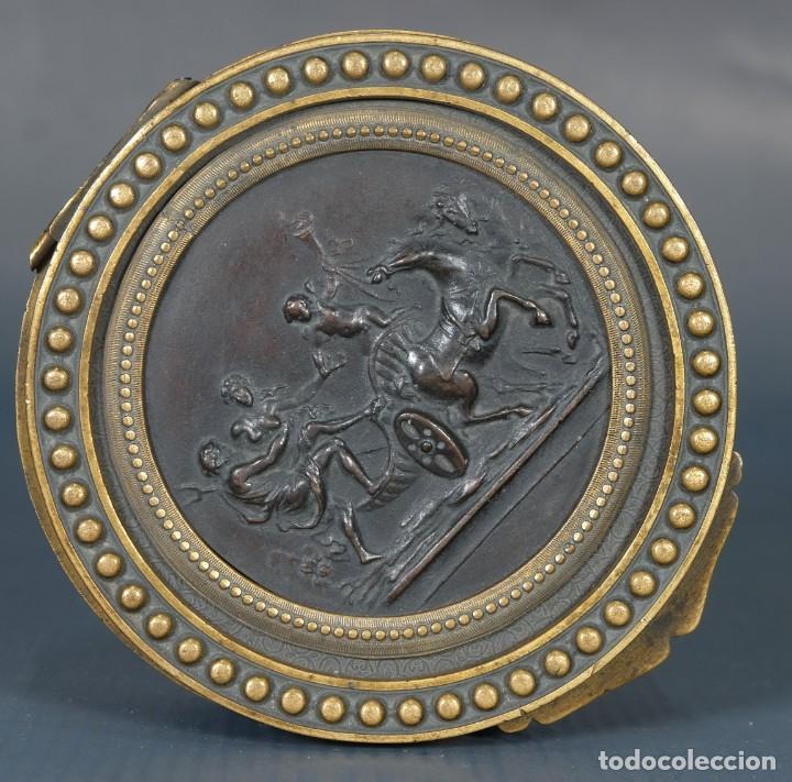 Antigüedades: Pequeña caja en bronce con escena mitológica en relieve siglo XIX - Foto 5 - 236964435
