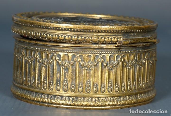 Antigüedades: Pequeña caja en bronce con escena mitológica en relieve siglo XIX - Foto 6 - 236964435