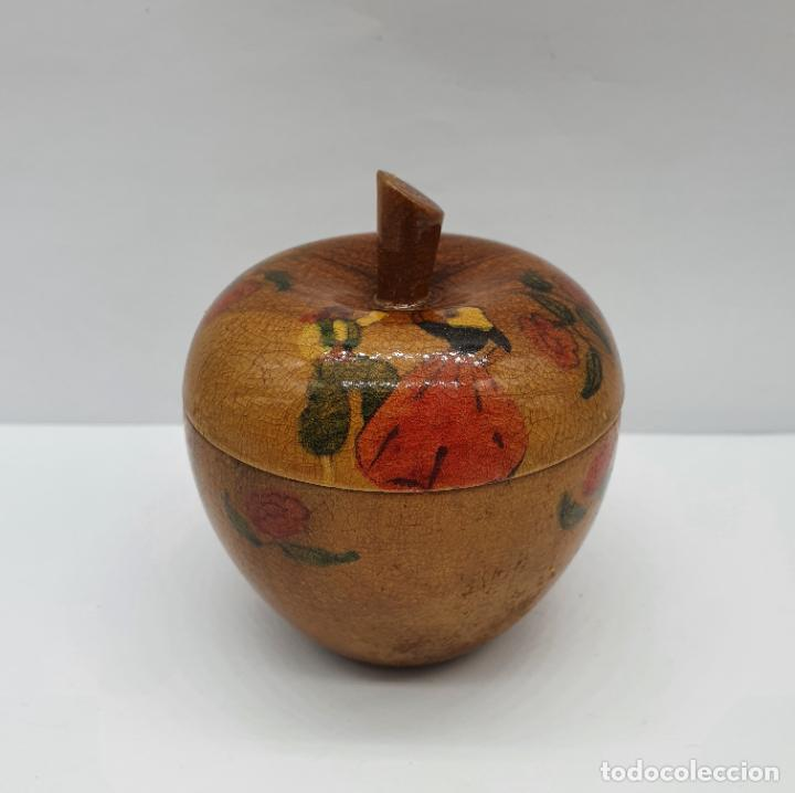 COFRE JOYERO ANTIGUO EN FORMA DE MANZANA DE MADERA DE OLIVO BELLAMENTE DECORADO CON FOLCLORE . (Antigüedades - Hogar y Decoración - Cajas Antiguas)