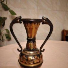 Antigüedades: ANTIGUO JARRÓN DE COBRE REPUJADO CON 2 SERPIENTES COMO ASAS.. Lote 236986025