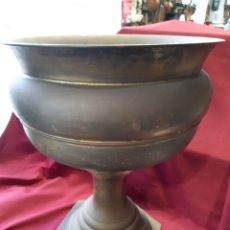 Antigüedades: GRAN MACETERO ANTIGUO DE METAL, LATÓN DORADO. Lote 237150655