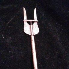 Antigüedades: TENEDOR SERVIR PAN , MODERNISTA ALPACA. Lote 237179655