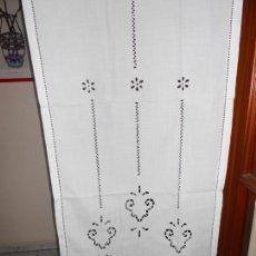 Antigüedades: PANEL CORTINA BLANCO BORDADO VAINICAS Y RECORTES. 80 X 180 CM. NUEVO. Lote 237305110