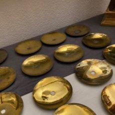 Antigüedades: JUEGO DE 16 PLATILLOS PARA CERA DE CANDELABRO.. Lote 237323470