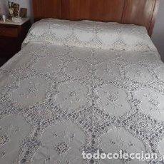 Antigüedades: ANTIGUA COLCHA DE CROCHET Y TELA BORDADA.. Lote 237350200