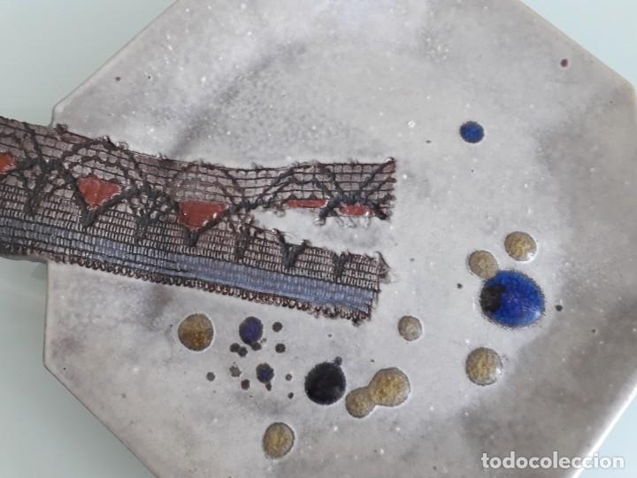 Antigüedades: ANTIGUO PLATO DE CERÁMICA O GRES - ESMALTADO Y DECORADO - FORMA EXAGONAL - 24 CM. - Foto 2 - 237380740