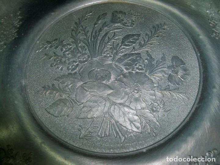 Antigüedades: Antiguo plato de zinc con adornos florales en relieve para colgar, con sello fabricante - Foto 3 - 237392475