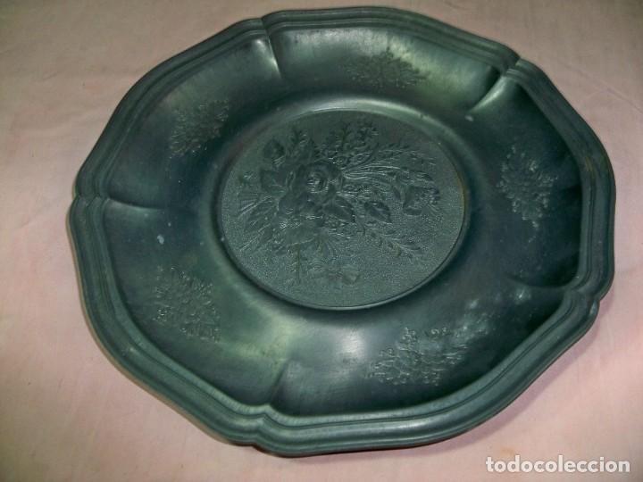 Antigüedades: Antiguo plato de zinc con adornos florales en relieve para colgar, con sello fabricante - Foto 4 - 237392475