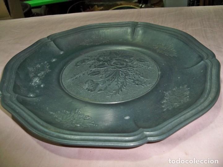 Antigüedades: Antiguo plato de zinc con adornos florales en relieve para colgar, con sello fabricante - Foto 6 - 237392475