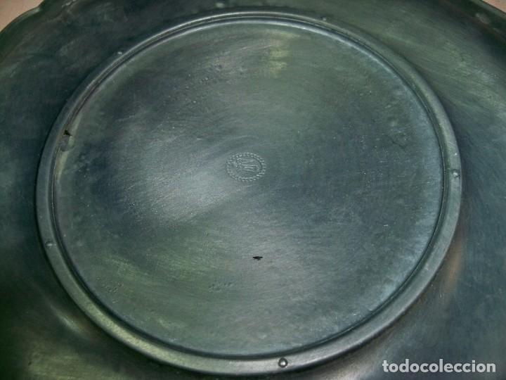 Antigüedades: Antiguo plato de zinc con adornos florales en relieve para colgar, con sello fabricante - Foto 9 - 237392475