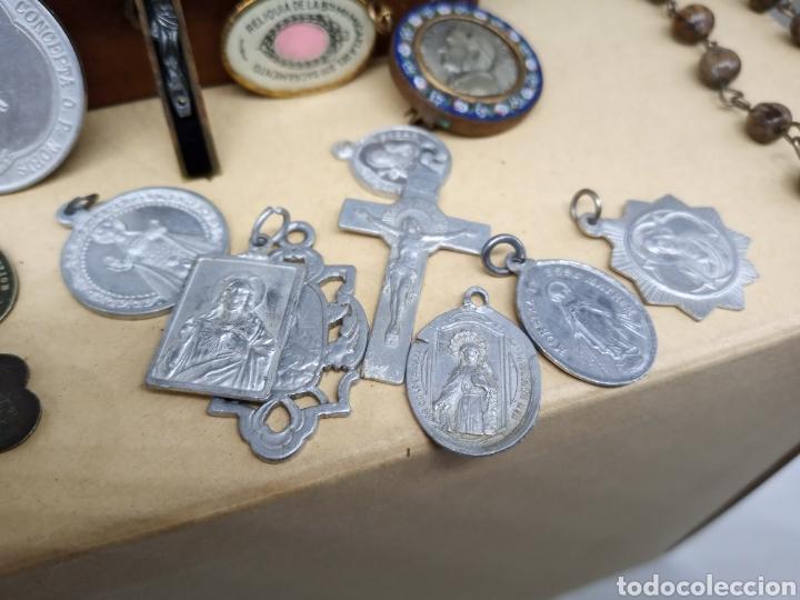 Antigüedades: Cajita con un lote de medallas y crucifijos - Foto 2 - 237471750