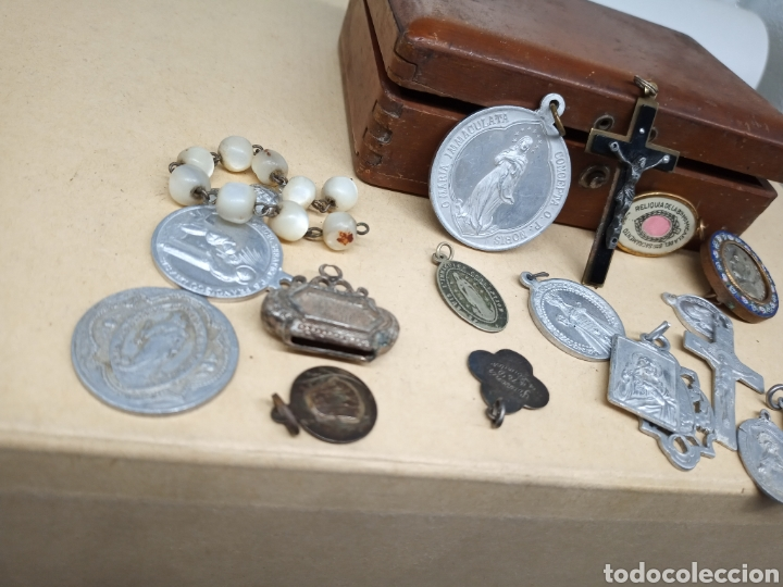 Antigüedades: Cajita con un lote de medallas y crucifijos - Foto 3 - 237471750