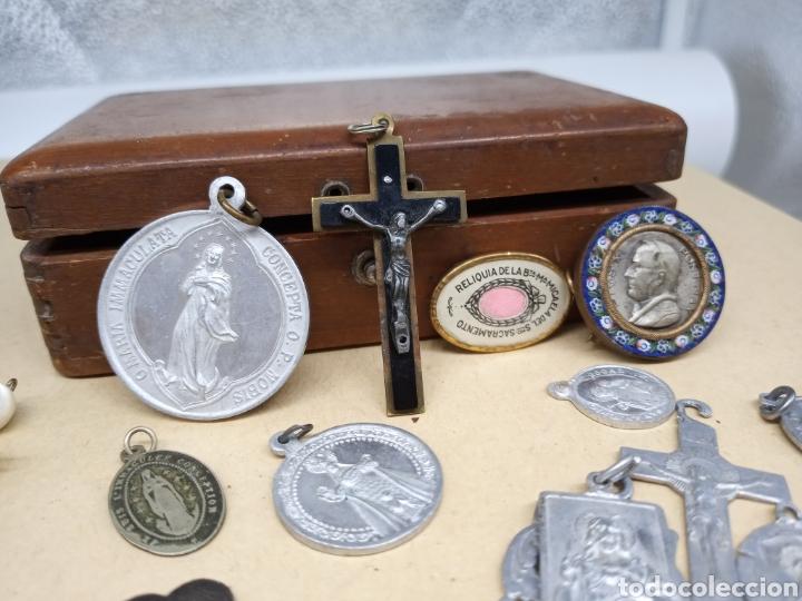 Antigüedades: Cajita con un lote de medallas y crucifijos - Foto 4 - 237471750