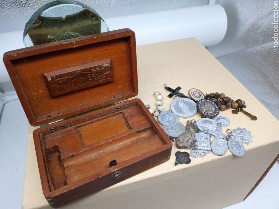 Antigüedades: Cajita con un lote de medallas y crucifijos - Foto 5 - 237471750