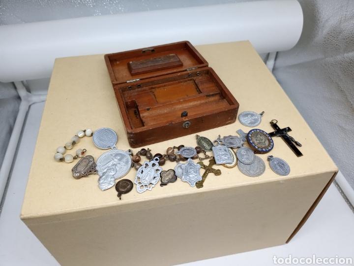 CAJITA CON UN LOTE DE MEDALLAS Y CRUCIFIJOS (Antigüedades - Religiosas - Medallas Antiguas)
