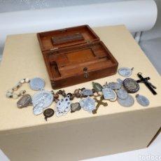 Antigüedades: CAJITA CON UN LOTE DE MEDALLAS Y CRUCIFIJOS. Lote 237471750